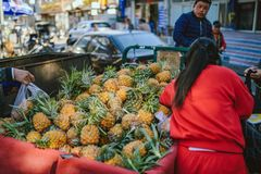 Gatamatmarknad på Peking, Kina royaltyfria foton