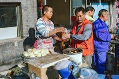 Gatamatmarknad på Peking, Kina fotografering för bildbyråer