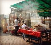Gatamatvagnar och försäljare i Rishikesh Indien Royaltyfri Bild