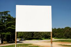 Gatamellanrum som annonserar affischtavlaskärm, meddelandetabell Annonsbyråer royaltyfria bilder