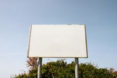 Gatamellanrum som annonserar affischtavlaskärm, meddelandetabell Annonsbyråer arkivfoton
