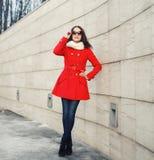 Gatamode, stilfull kvinna i rött omslag Fotografering för Bildbyråer