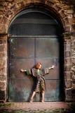 Gatamodebegrepp - nätt elegant kvinna som poserar i staden Arkivfoto