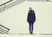 Gatamodebegrepp - stilfull nätt hipsterflicka Royaltyfri Foto