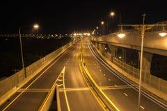 Gatamotorväg på natten Arkivfoto