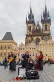 Gatamusiker (Buskers) i Prague, Tjeckien royaltyfri fotografi