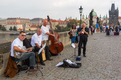 Gatamusiker (Buskers) i Prague, Tjeckien royaltyfria bilder