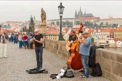 Gatamusiker (Buskers) i Prague, Tjeckien arkivbild