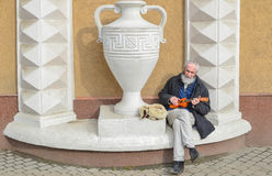 Gatamusiker - den gitarristElderly mannen tjänar pengar royaltyfri fotografi