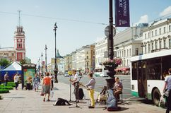 Gatamusiker ger en presentation på Nevsky Prospekt i St Petersburg arkivbild