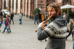 Gatamusiker Playing Flute Royaltyfri Bild