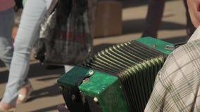 Gatamusiker som spelar dragspelet Hand som spelar dragspelcloseupen Dragspels- spelare lager videofilmer