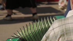 Gatamusiker som spelar dragspelet Hand som spelar dragspelcloseupen Dragspels- spelare arkivfilmer
