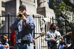 Gatamusiker som spelar i en gata i staden av Buenos Aires, i Argentina Arkivfoto