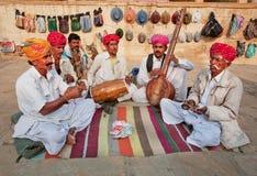 Gatamusiker spelar musik på olika traditionella instrument Arkivbilder