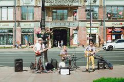 Gatamusiker spelar musikinstrument p? den Nevsky utsikten i St Petersburg arkivfoton