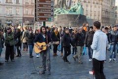 Gatamusiker spelar på den gamla stadfyrkanten, Prague Arkivbild