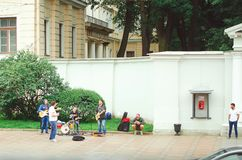 Gatamusiker spelar på yttersidan i staden av St Petersburg för förbipasserande royaltyfri bild