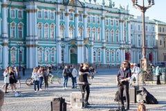 Gatamusiker utför för turister och spetsar royaltyfria bilder