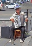Gatamusikern spelar dragspels- utomhus- i Yekaterinburg royaltyfri foto