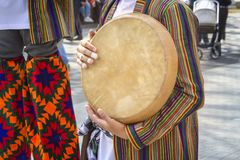 Gatamusikern spelar ett traditionellt asiatiskt musikinstrument - doira arkivfoto