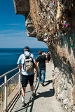 Turister på via del amore - Cinque terre Royaltyfria Foton