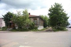 Gatan av en provinsiell ryssstad privat hus in patriarchally, traditionell ryssby fotografering för bildbyråer