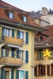 Gatan dekorerade med julstjärnan i Thun den gamla staden Royaltyfria Foton