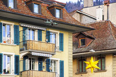 Gatan dekorerade med julstjärnor i Thun den gamla staden Royaltyfri Fotografi