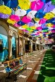 Gatan dekorerade med kulöra paraplyer, Agueda, Portugal Royaltyfri Bild