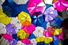 Gatan dekorerade med kulöra paraplyer, Agueda, Portugal Fotografering för Bildbyråer