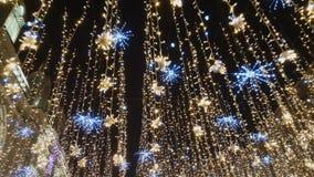 Gatan dekoreras med belysning stock video