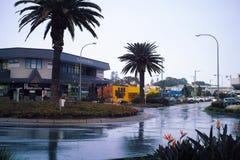 Gatan för den portMacquarie Australien staden med shoppar kaféer Arkivfoto