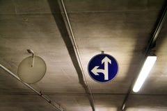 Gatan för vägen för trafiktecken ett undertecknar in den underjordiska stången för parkeringsgaraget/bilparkeringsi område i varu royaltyfri bild