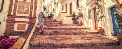 Gatan i Frigiliana, pueblo blanco, Spanien i matte stil för tappning royaltyfri bild