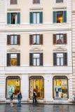 Gatan i Rome, Italien med berömt shoppar Arkivfoton