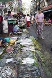 Gatan marknadsför i Yangon Arkivbilder