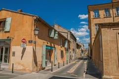 Gatan med byggnader och shoppar i solig eftermiddag i Aix-en-provence Royaltyfria Foton