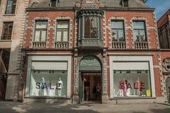 Gatan med folk, tegelstenhus och shoppar på Bruges Royaltyfri Foto