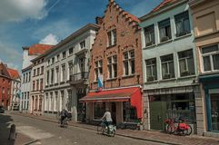Gatan med folk, tegelstenhus och shoppar på Bruges Royaltyfri Bild