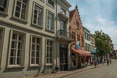 Gatan med folk, tegelstenhus och shoppar på Bruges Royaltyfria Foton
