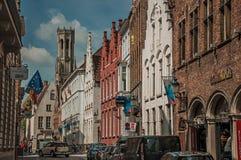 Gatan med folk, tegelstenhus och shoppar på Bruges Arkivbild