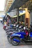 Gatan med många parkerade mopeder i asiatisk stad Arkivfoto