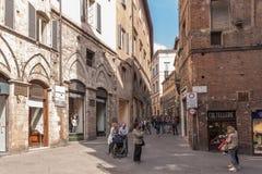 Gatan med shoppar i Siena, Tuscany, Italien Arkivfoto