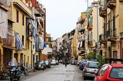 Gatan med typiska italienska hyreshusar och shoppar i Palermo royaltyfria foton
