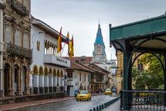 Gatan nära parkerar Calderon och San Alfonso Church Tower - Cuenca, Ecuador royaltyfri fotografi