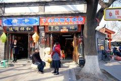 Gatan och shoppar inom en Beijing hutong. Arkivbild