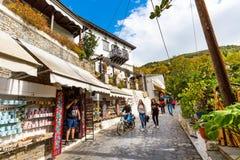 Gatan och shoppar sikt på den Makrinitsa byn av Pelion, Grekland Royaltyfri Fotografi