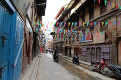 Gatan runt om den Patan Durbar fyrkanten, ett UNESCOarv i Kathmandu Valley arkivfoto