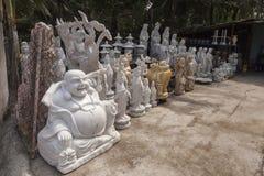 Gatan shoppar för religiösa statyer Arkivbilder